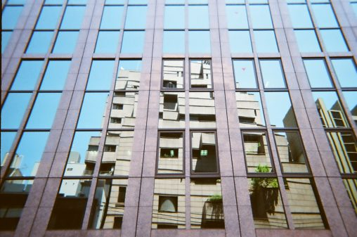 ビルに写るビル – A building reflects a building