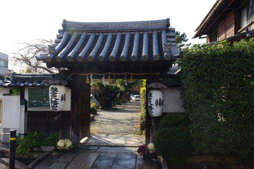 離宮八幡宮東門 – East gate of Rikyu Hachimangu Shrine