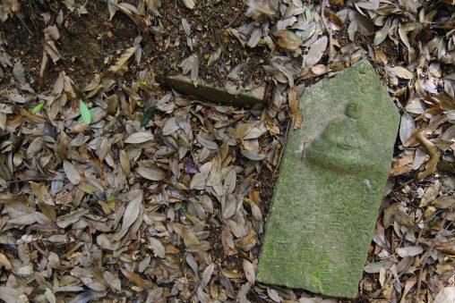 横たわる石仏 – Stone buddha