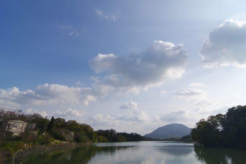 旗尾池からの二上山 – Viewing Mt. Nijosan from lake Hatao-ike
