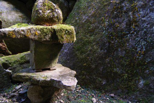 苔生す石塔 – Stone Pagoda