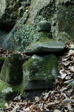 壊れかけの石塔 – Old stone pagoda