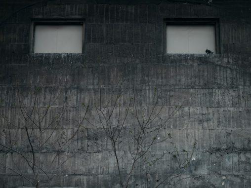 壁に目 – Concrete wall