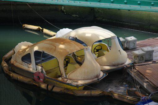 首なしスワンボート – Headless pedalos