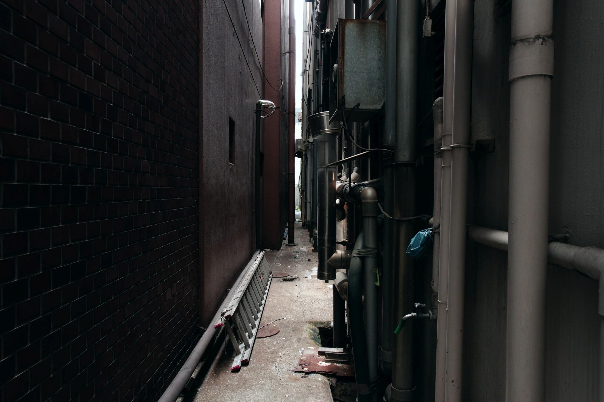 ビルの背中 – Back of buildings